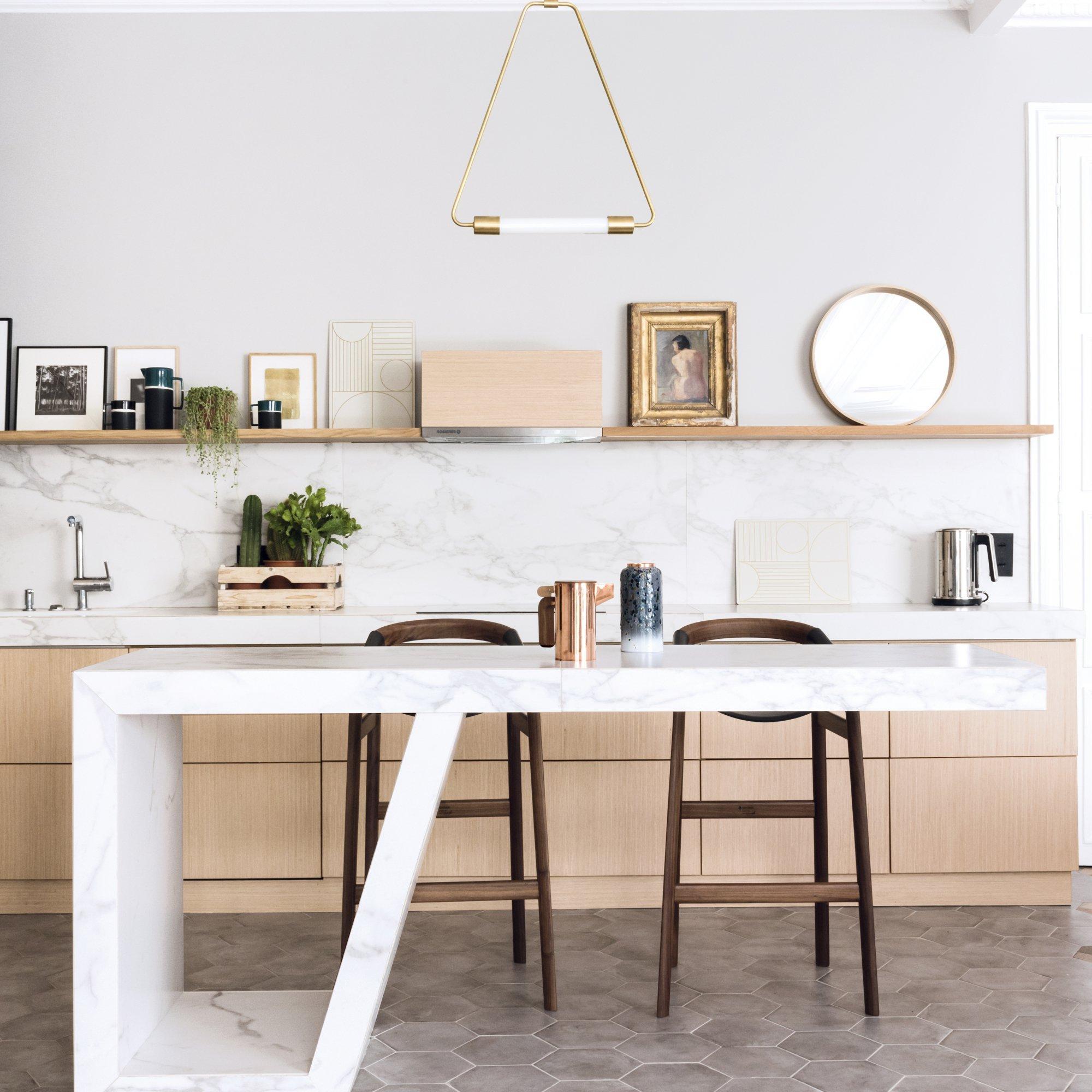 cadres-mur-cuisine-blanche (1) - agence immobilière la clef